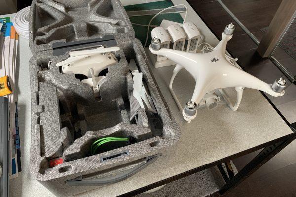 [ À VENDRE ] DRONE DJI PHANTOM 4 AVEC 3 BATTERIES ET HUB DE CHARGEMENT